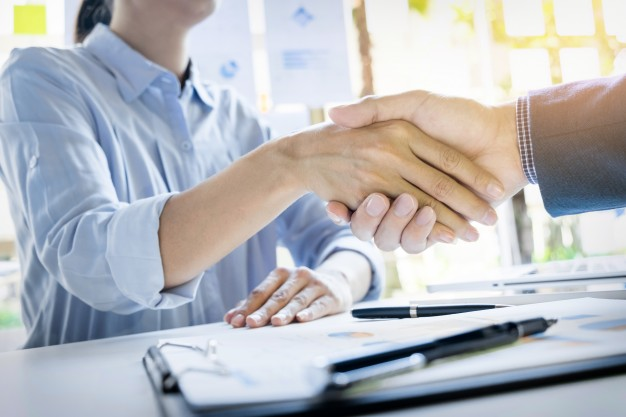 Businessmen Shaking Hands During A Meeting 1423 133